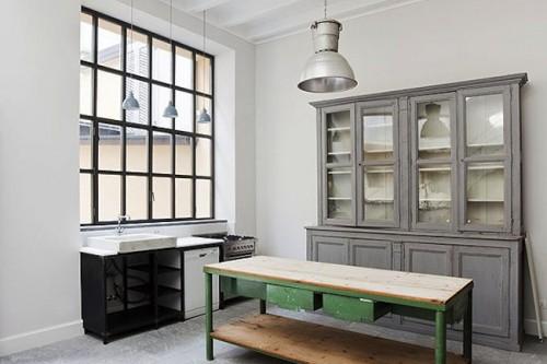 Mobiliario-cocina-antigua-en-un-loft-industrial