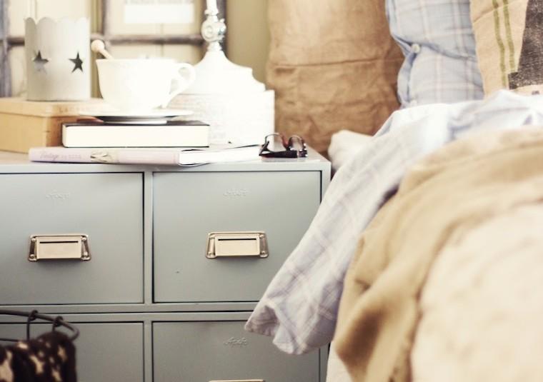 Detalle-dormitorio-mueble-cajones-como-mesita2C-vieja-ventana-como-elemento-decorativo