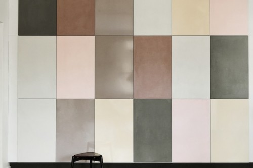Detalle-armarios-de-almacenaje-en-cocina2C-frente-de-formas-geometricas-de-distintos-colores