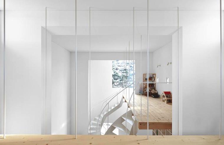 Vivienda-japonesa-de-construccion-vertical-con-tres-niveles-altillos-suspendidos