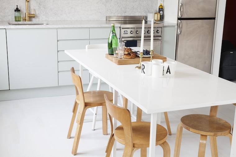 Diseno-cocina-griferias-doradas-encimera-de-marmol-y-muebles-color-verde-pastel-