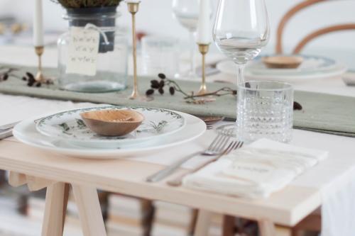 Inspiracion-para-decorar-mesa-comida-celebracion-invitados-con-vajillas-cristalerias-y-candelabros-antiguos