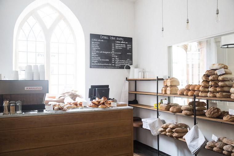 Una-cafeteriapanaderia-en-el-interior-de-una-iglesia
