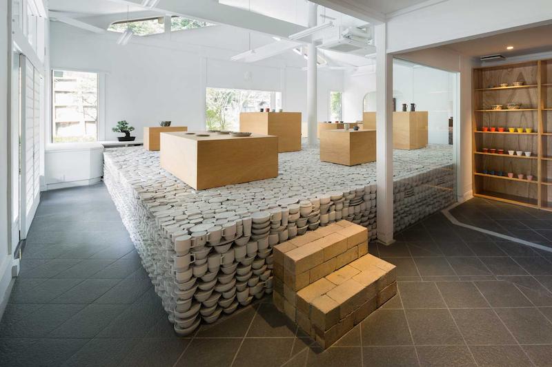 Flagship store construida sobre 25.00 piezas de cerámica