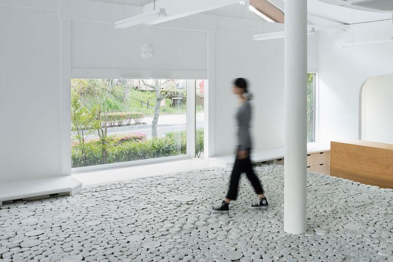 Suelo de una tienda pop up store realizado con 25.000 piezas de cerámica en Japón