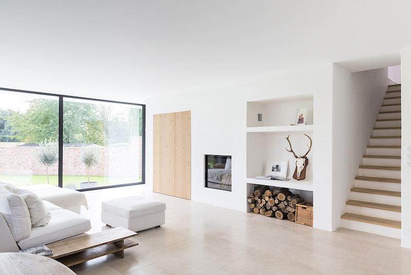 Salón diáfano, ventanales abiertos al jardín, arquitectura vivienda