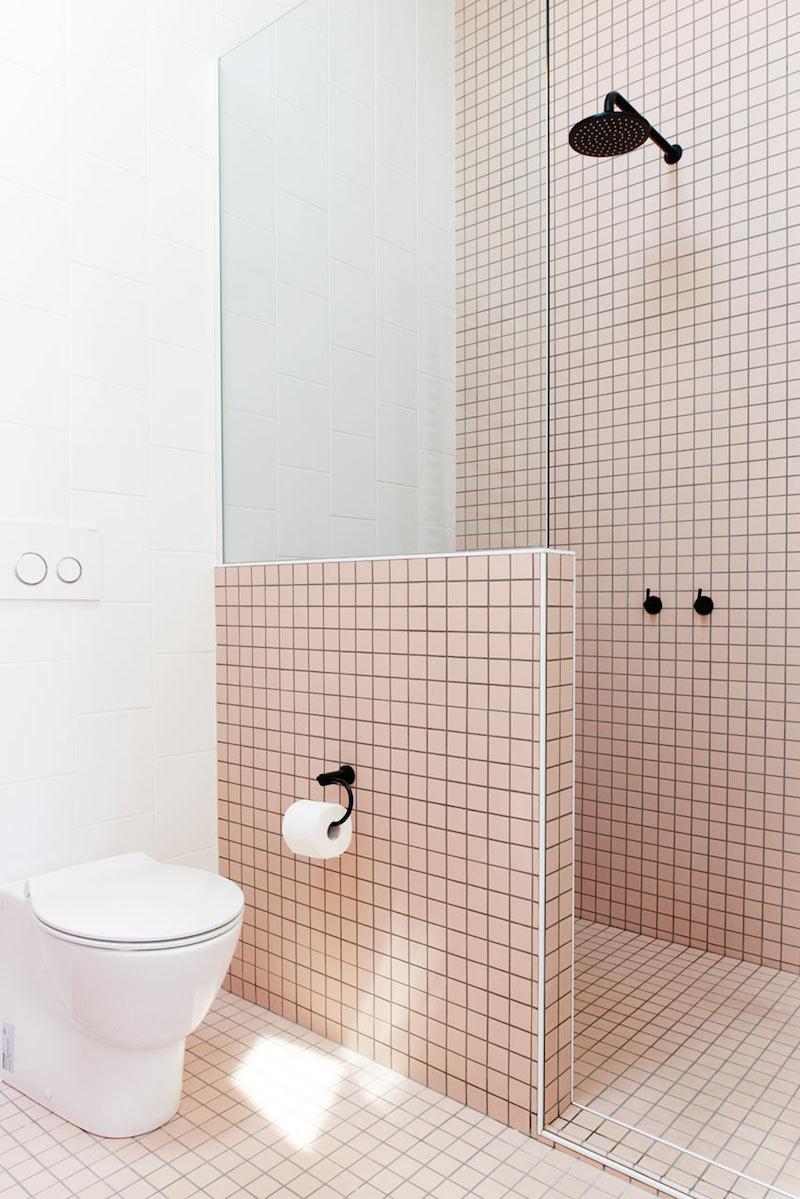 Azulejos Para Baño Azul:cuarto de bano mobiliario de madera, griferia en negro y azulejos de