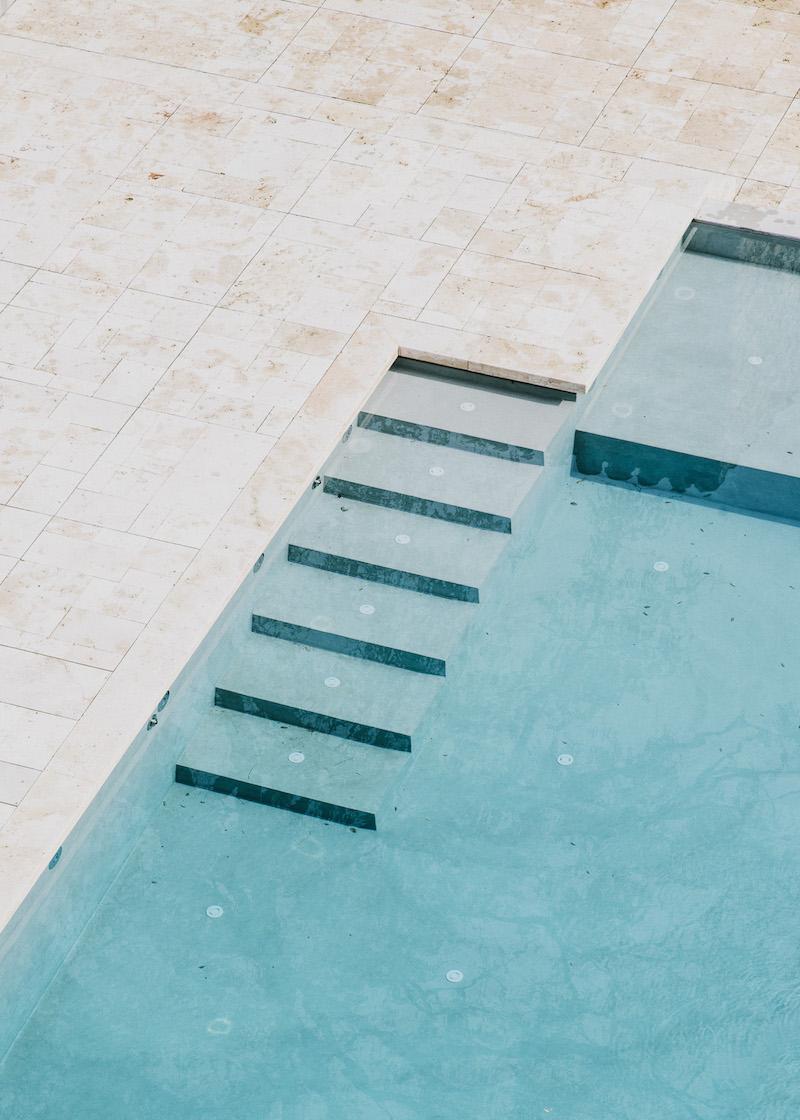 piscina minimalista en un entorno rustico castillo de Peratallada por Mesura arquitectura 6