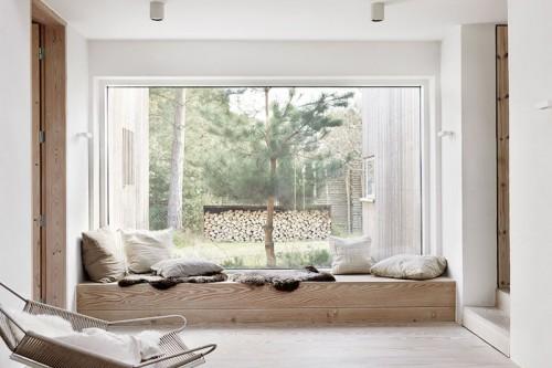 Vivienda caliada, casa de campo, tonos neutros mobiliario de madera natural grandes ventanales con vistas entorno natural