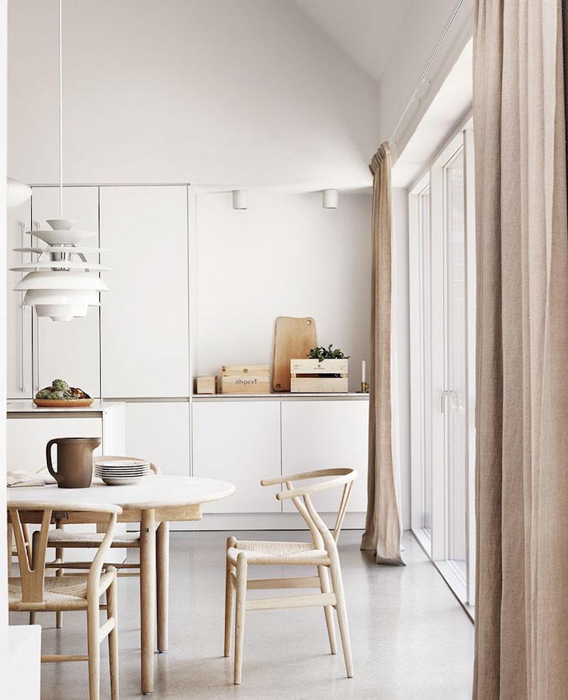cocina en casa de campo, sillas Wagner Y chair, cortinas de lino