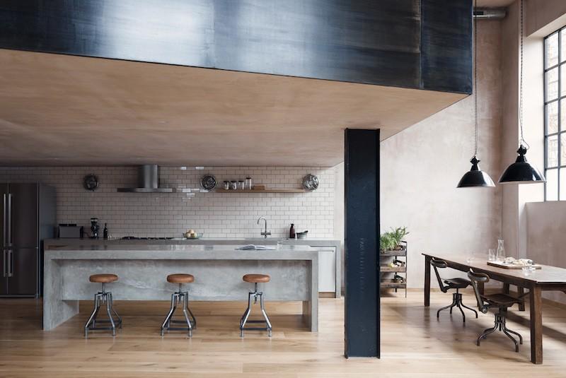 Loft en Londres estilo industrial con columnas de acero y pintura de yeso al estilo estuco veneciando