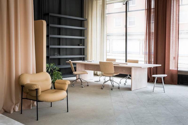 Oficina estudio gama cromatica de color con textiles, cortinas y tapizados
