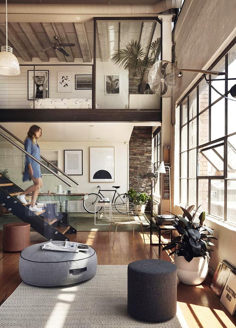 5 Ideas de escaleras para altillos en viviendas grandes de estilo industrial