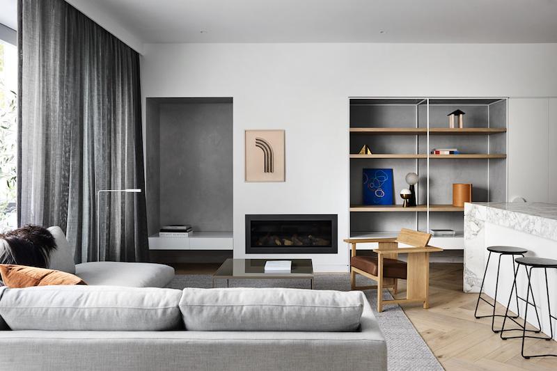 Un hogar sobrio y minimalista con suelos de madera mobiliario gris y cortinas oscuras negro 1