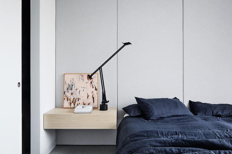 Un hogar sobrio y minimalista con suelos de madera mobiliario gris y cortinas oscuras negro 4