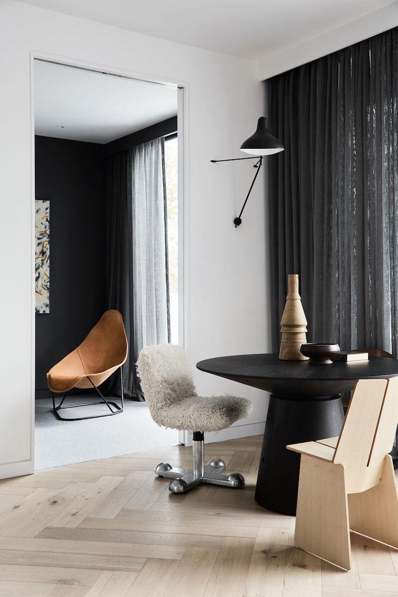 Un hogar sobrio y minimalista con suelos de madera mobiliario gris y cortinas oscuras negro2