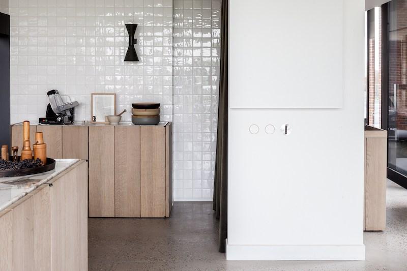 Una cocina minimalista en marmo baldosas cuadriculadasl y madera en una antiguo granero reformado en belgica 2