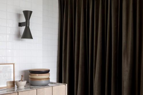 Una cocina minimalista en marmol y madera en una antiguo granero reformado en belgica