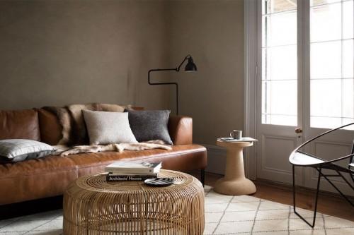 Decoracion sobrio paredes oscuras sofa de cuero mobiliario de mimbre