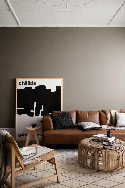 Decoracion sobrio paredes oscuras sofa de cuero mobiliario de mimbre arte