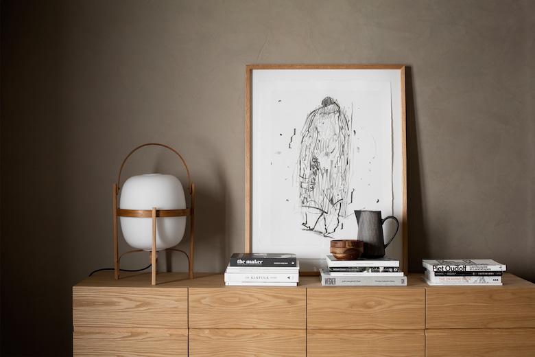 Decoracion sobrio paredes oscuras sofa de cuero mobiliario de mimbre lampara cesta miguel mila