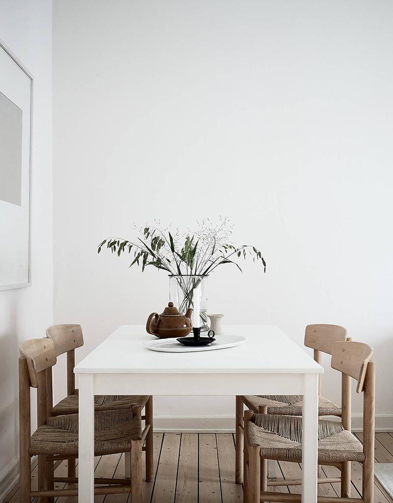 Ultima tendencia decoracion salon sobrio mucha madera y tejidos grises tapizado sofa cuadros dibujos abtracto 1
