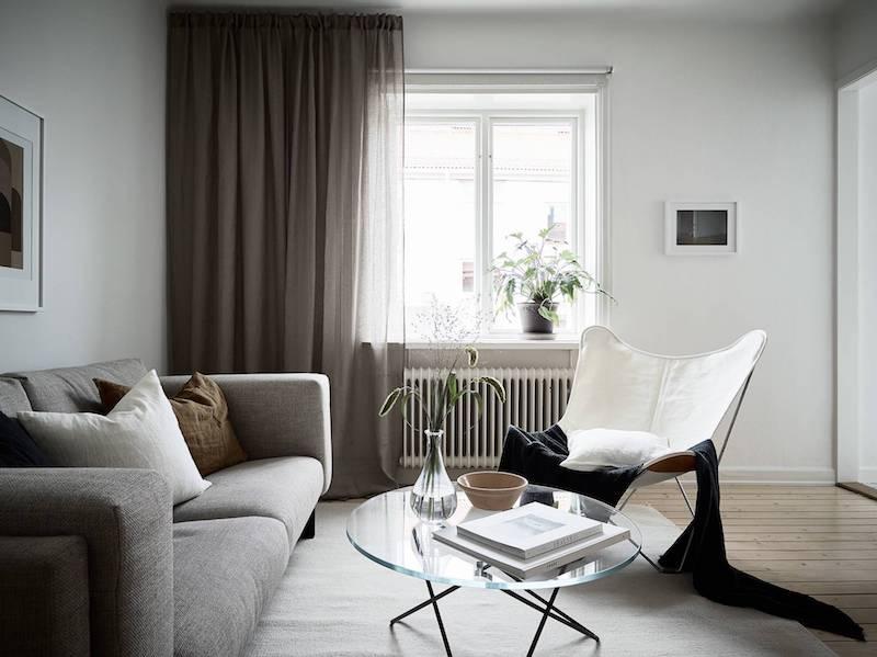 Ultima tendencia decoracion salon sobrio mucha madera y tejidos grises tapizado sofa cuadros dibujos abtracto 4