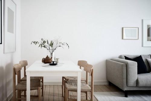 Ultima tendencia decoracion salon sobrio mucha madera y tejidos grises tapizado sofa cuadros dibujos abtractos