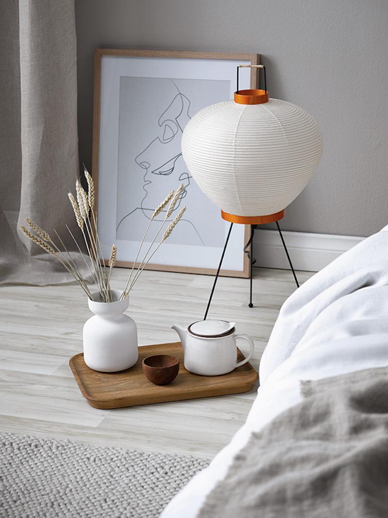 Decoracion dormitorio con tonos naturales cabecero y alfombra de fibras naturales sabanas de lino beige 1