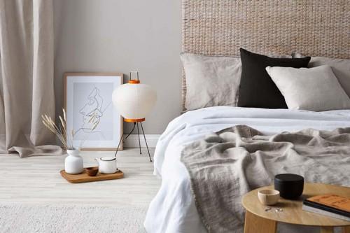 Decoracion dormitorio con tonos naturales cabecero y alfombra de fibras naturales sabanas de lino beige