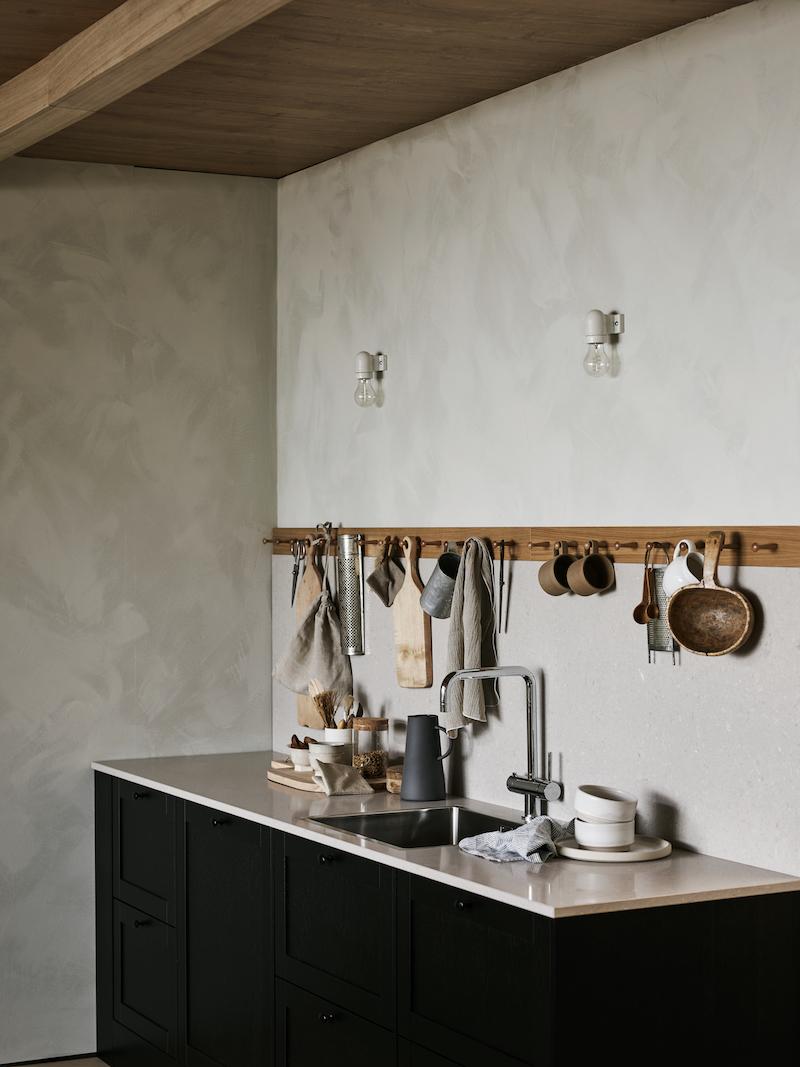 cocina con colgadores ganchos para almacenar utensilios a la vista