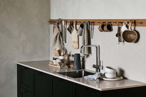 cocina mobiliario acabado negro con estante colgadores para utensilios cazuelas sartenes 2