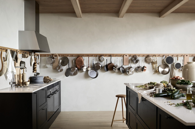 cocina mobiliario acabado negro con estante gancho colgadores para utensilios cazuelas sartenes