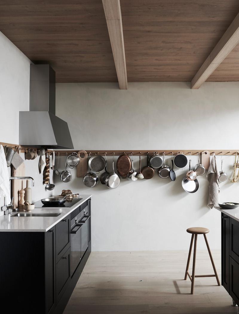 un largo perchero en la cocina para colgar cacharros cocinar decoracion