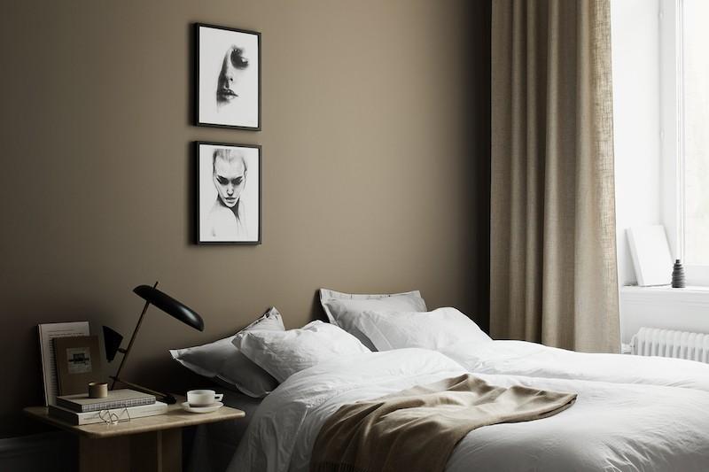 Dormitorio sobrio paredes oscuras color marron avellana obras arte negro y grises