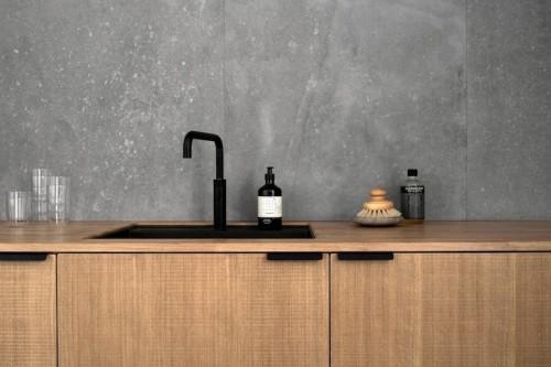 cocina mobiliario madera griferia negra baldosas acabado cemento pulido, decoracion proyecto por Norm Architects 1