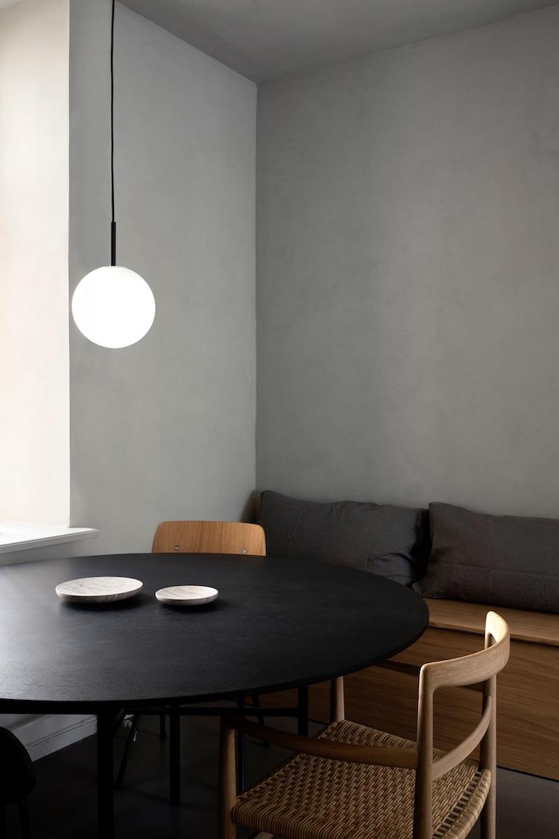 cocina mobiliario madera griferia negra baldosas acabado cemento pulido, decoracion proyecto por Norm Architects 2