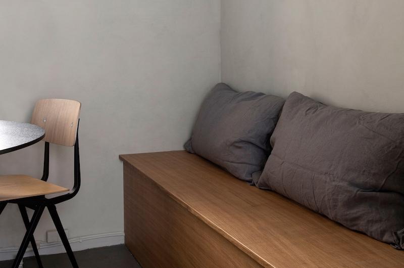 cocina mobiliario madera griferia negra baldosas acabado cemento pulido, decoracion proyecto por Norm Architects 6