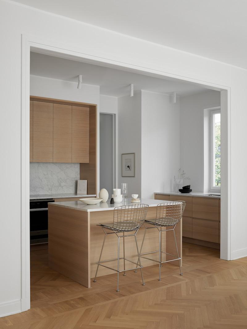 cocina mobiliario acabado madera natural con encimera marmol suelo en madera espiga 1