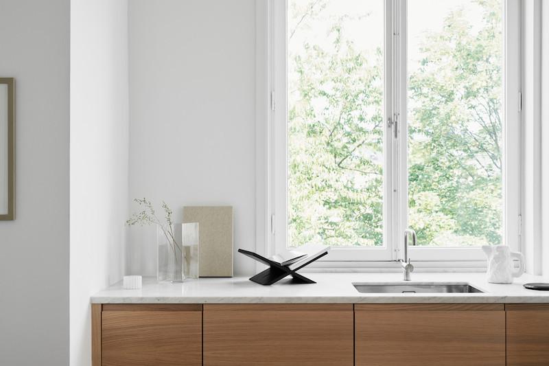 cocina mobiliario acabado madera natural con encimera marmol suelo en madera espiga 2