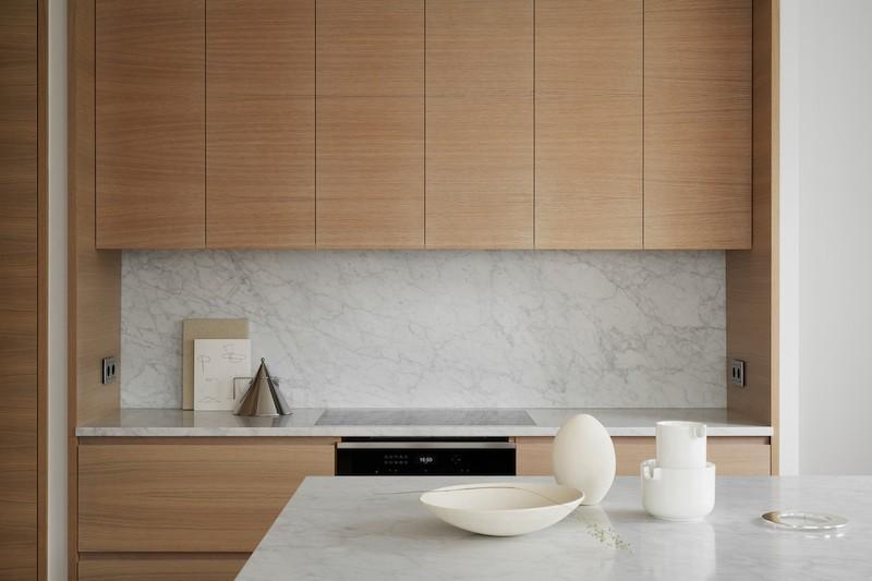 cocina mobiliario acabado madera natural con encimera marmol suelo en madera espiga