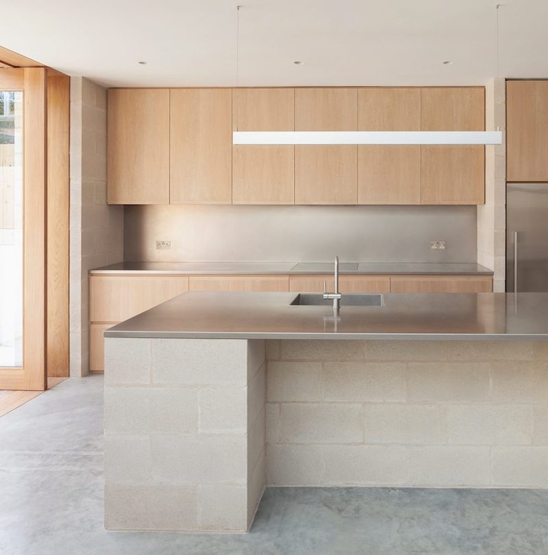 Proyecto obra nueva vivienda cemento pulido ladrillo visto cocina mobiliario madera 3