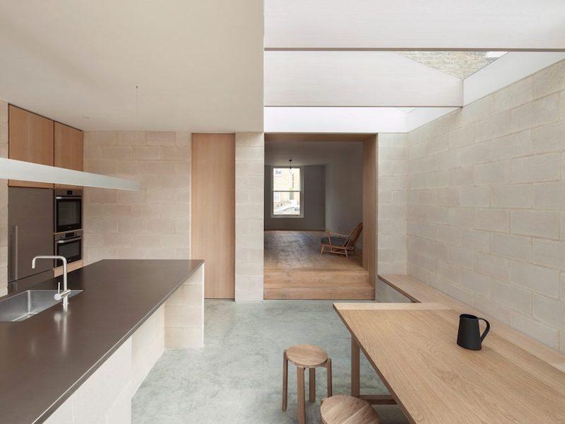 Proyecto obra nueva vivienda cemento pulido ladrillo visto cocina mobiliario madera 4